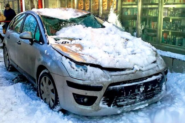 Снег упал на крышу автомобиля