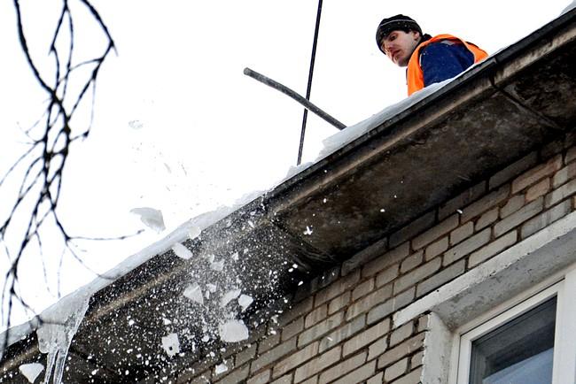 Если на автомобиль упал снег с крыши многоквартирного дома, кто несет ответственность – определение ВС от 16.01.2018 г. по делу № 46-КГ17-38