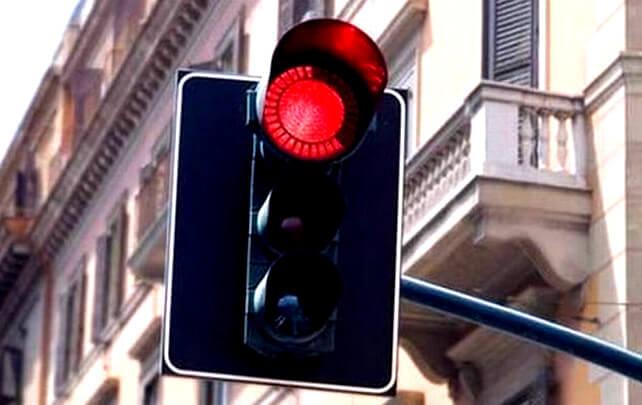 Проезд на красный свет светофора: размер штрафа по ст. 12.12 КоАП РФ